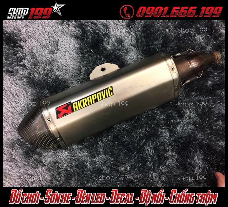Hình ảnh pô Akrapovic màu bạc sang trọng và chất độ cho Honda SH