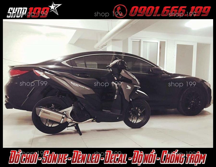 Xe Honda Vario màu xám độ pô Akrapovic màu bạc đẳng cấp và sang